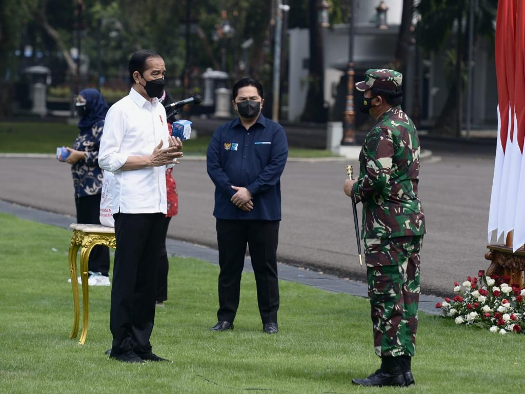 Presiden Jokowi berbincang dengan Panglima TNI dan Menteri BUMN pada Peluncuran Paket Obat Isoman Gratis untuk Rakyat, di halaman depan Istana Merdeka, Jakarta, Kamis (15/07)