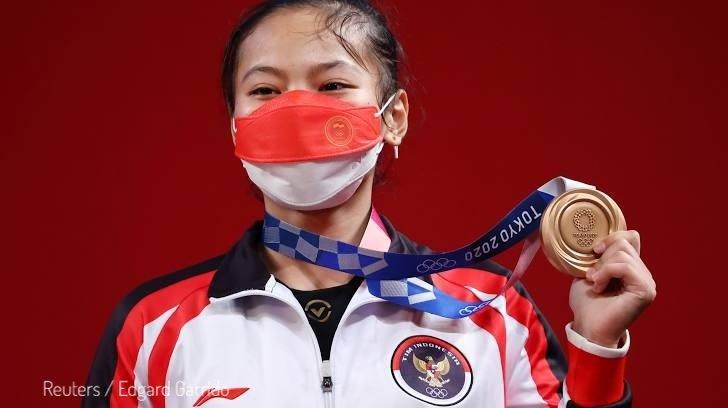 Lifter Windy Cantika Aisah meraih medali perunggu pada kelas 49 Kg Putri Olimpiade Tokyo 2020, di Tokyo International Forum, Tokyo, Jepang, Sabtu (24/7/2021). (REUTERS/Edgard Garrido)