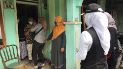 Wakil Wali Kota Palembang, Fitrianti Agustinda mengunjungi warga yang menjalani isoman di Jalan Soak Simpur, Lorong Alamiah, Kelurahan Sukajaya, Kecamatan Sukarami, Rabu (28/7)