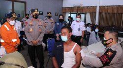 Kepala Kepolisian Daerah Sumatera Selatan Irjen Pol Prof Dr Eko Indra Heri S MM meninjau pelaksanaan vaksinasi di Stasiun Kereta Api Kertapati, Kamis (29/7)