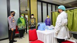 Kapolri Jenderal Listyo Sigit Prabowo meninjau langsung vaksinasi massal Covid-19 di Gedung Pusat Dakwah Muhammadiyah, Menteng, Jakarta Pusat, Kamis (29/7).