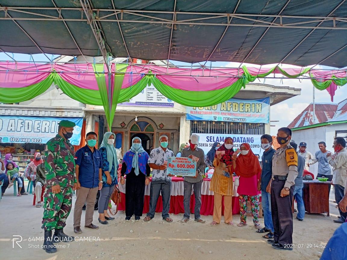 Kamis, 29 Juli 2021, bertempat di Posko COVID-19 desa Kota Daro 1, Kecamatan Rantau Panjang, Kabupaten Ogan Ilir tengah dilaksanakan pembagian dana BLT DD.