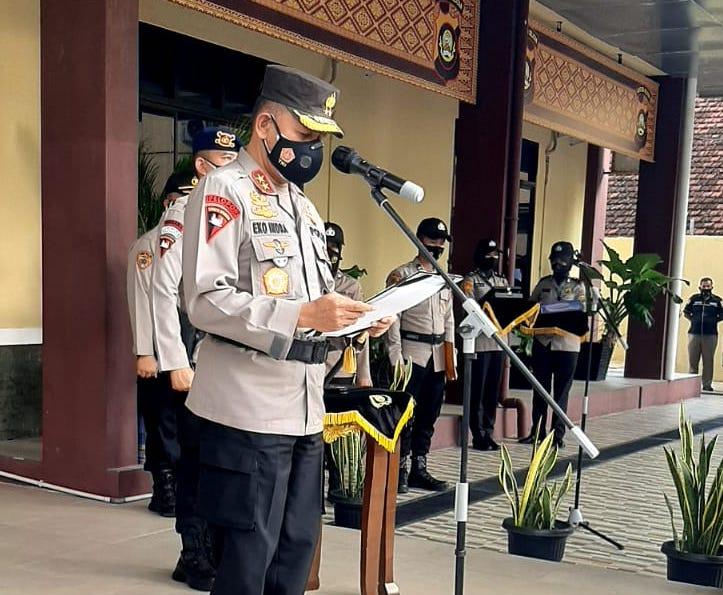 Kapolda Sumsel Irjen Pol Prof Dr Eko Indra Heri S MM saat sertijab Kapolres Empat Lawang, Jumat (30/7) di halaman Gedung Promoter Mapolda Sumsel