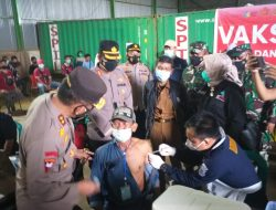 Kapolda Sumsel Monitoring Langsung Vaksinasi Massal di Sungai Baung