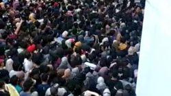 Vaksinasi COVID-19 yang digelar sekolah Meistreyawira menimbulkan kerumunan massa.