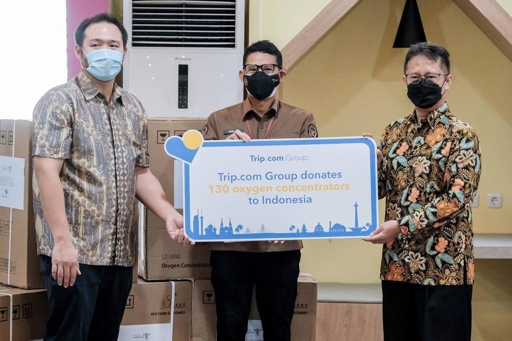 Kemenparekraf menyerahkan donasi oksigen konsentrator dari Trip.com ke Kementerian Kesehatan
