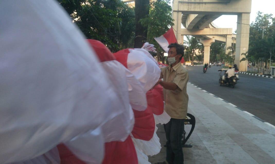Ahmad Sofian (62) warga Lorong Majapahit RT 01 RW 01, Angkatan 45, Kecamatan Ilir Barat I, yang menjajakan dagangannya di pusat Kota Palembang.
