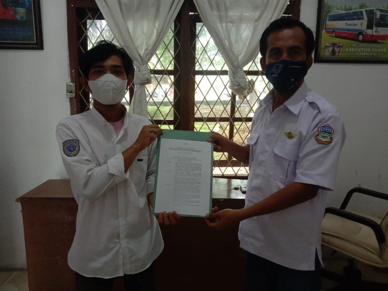 Penyerahan surat keputusan (SK) definitif kepada Pengurus DPC Organda Kabupaten Muara Enim, Rabu (11/8)