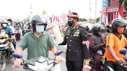 Jajaran Polda Sumsel mengenakan topi adat Palembang (Tanjak) saat detik detik Proklamasi membagikan Telok Abang bagi pengendara yang melintas di depan Mapolda Sumsel