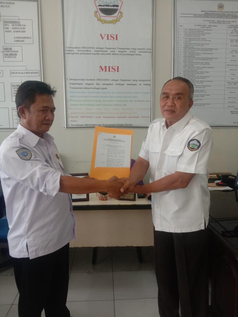 Ketua DPD Organisasi Angkutan Darat Sumatera Selatan (Organda Sumsel) BY Hutagalung memberikan surat keputusan (SK) definitif kepada Ketua DPC Organda Kabupaten Muara Enim Alifarizi ST masa bakti 2021-2026, bertempat di Kantor Organda Sumsel, Senin (2/8/2021).