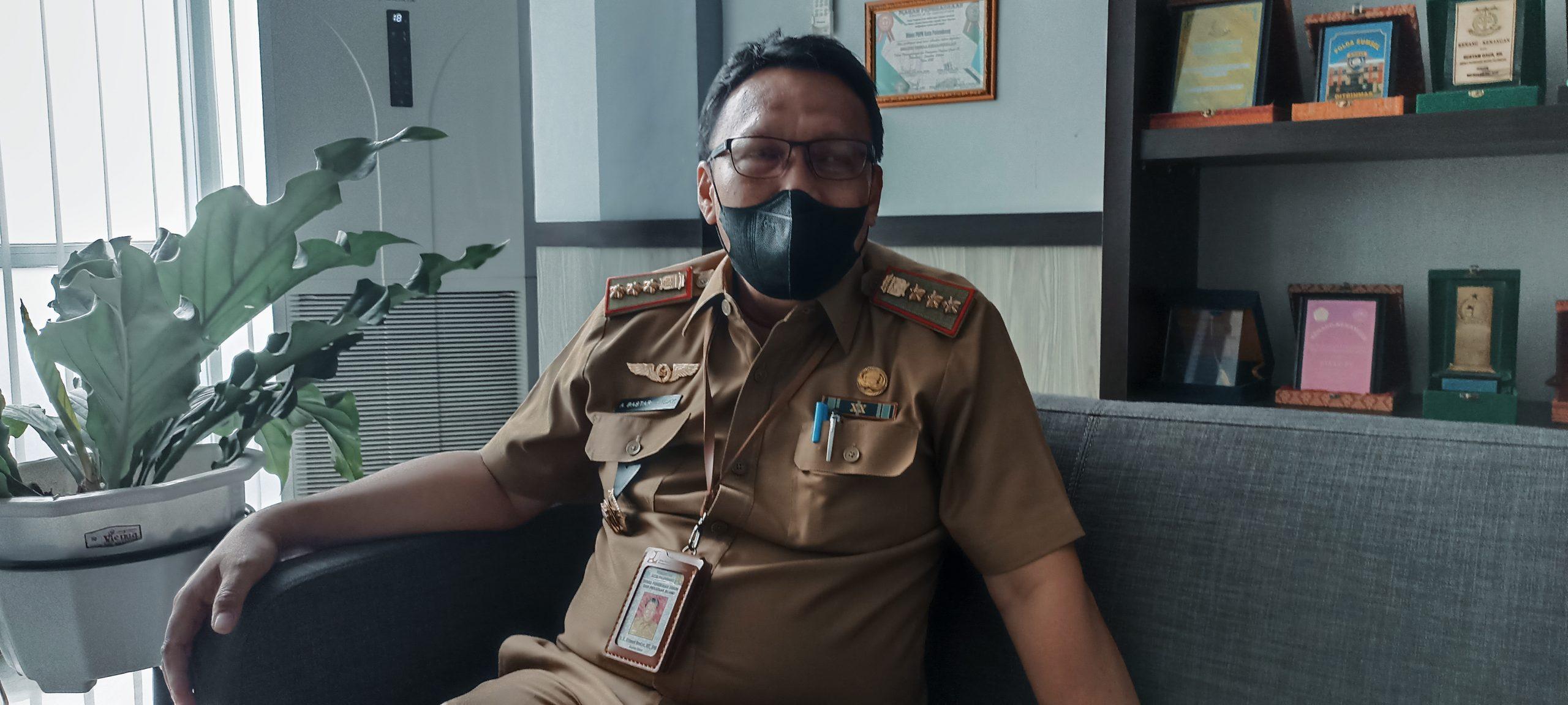 Kepala Dinas PUTR Palembang, Achmad Bastari Yusak saat memberikan keterangan di ruang kerjanya, Senin [27/9]. [Photo: Abror Vandozer]