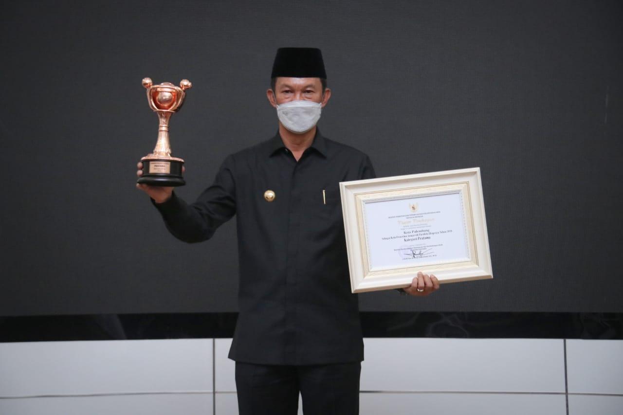 Pemerintah Kota Palembang kembali mengukir prestasi di tingkat Nasional, kali ini Penghargaan Anugera Parahita Ekaprya [APE] dengan kategori Pratama dari Menteri Pemberdayaan Perempuan dan Perlindungan Anak [PPPA] I Gusti Ayu Bintang Darmawati.