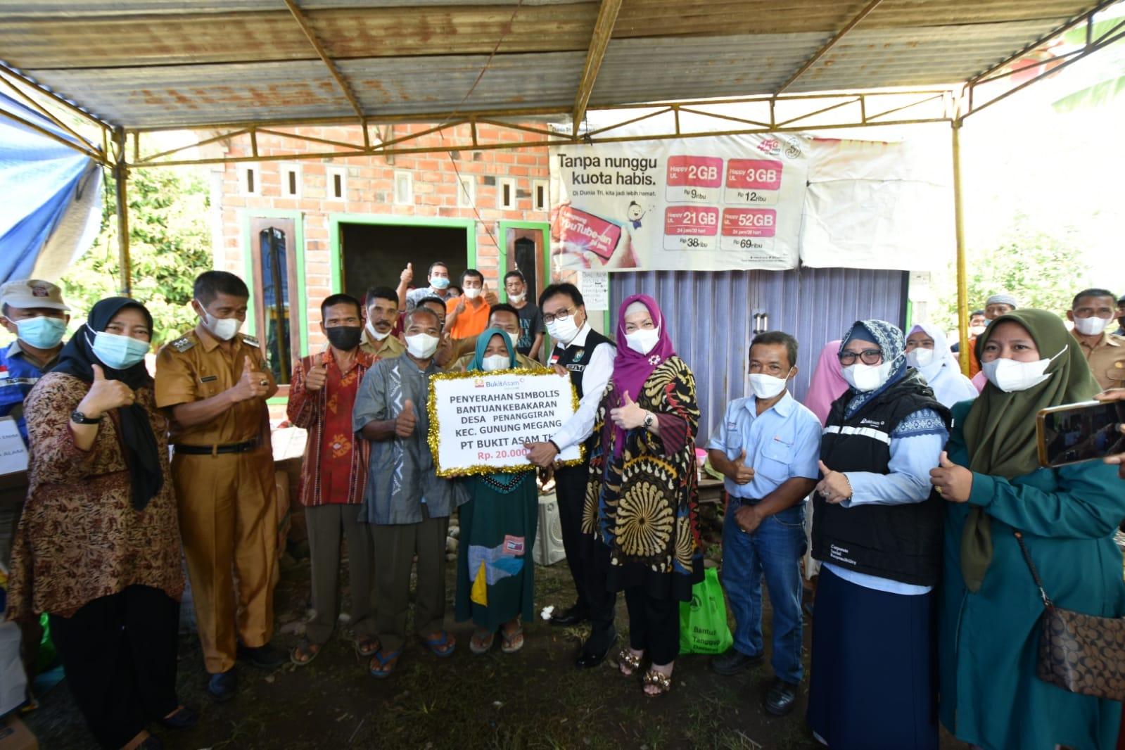 di kediaman anak dari korban kebakaran di Desa Penanggiran Kecamatan Gunung Megang, Senin [27/09/2021], PJ Bupati Muara Enim Nasrun Umar menyampaikan langsung uang santunan senilai Rp20 juta dari PTBA untuk Mawi dan keluarganya.