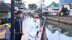 Walikota Palembang, H Harnojoyo meninjau langsung Rertorasi Sekanak Lambidaro Segmen Lebak Cindo, Rabu (1/9/2021).