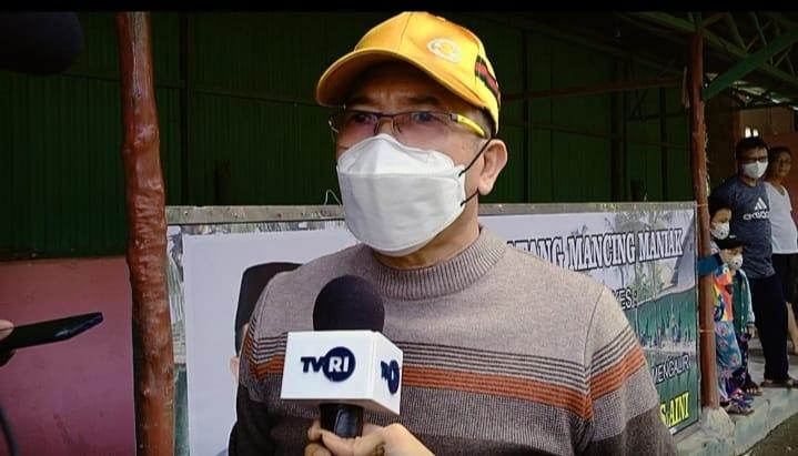 Ketua PGRI Sumsel Ahmad Zulinto saat diwawancarai awak media di tempat gelaran Lomba Mancing Mania di Pemancingan Aini.