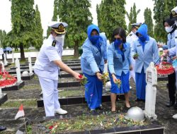 Peringati HUT 76, Lanal Palembang Ziarah Makam Pahlawan