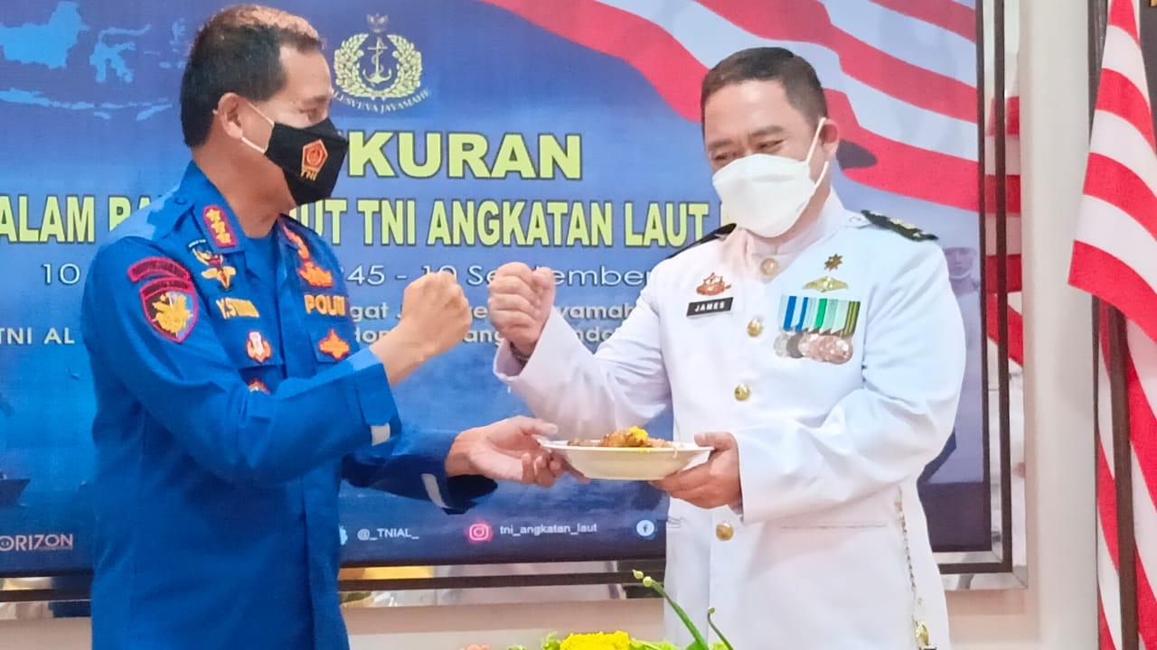 Lanal Palembang menggelar puncak peringatan HUT TNI AL dengan acara Tasyakuran Pemotongan Tumpeng, bertempat di gedung Lounge SMB II Markas Komando Lanal Palembang, Jumat (10/9).