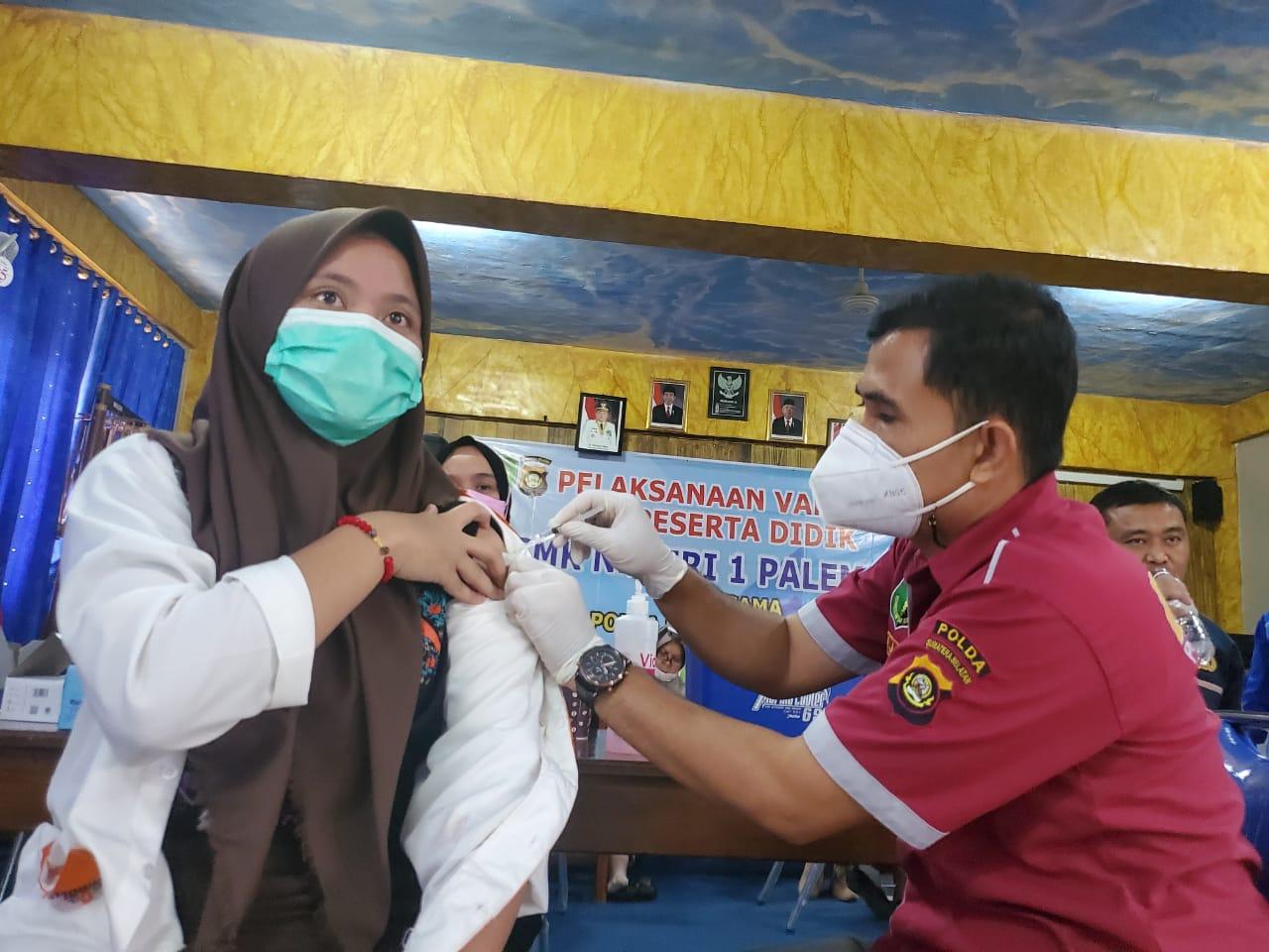 SMKN 1 Palembang menggelar pelaksanaan vaksinasi bagi pelajarnya, Jumat (10/9/2021).