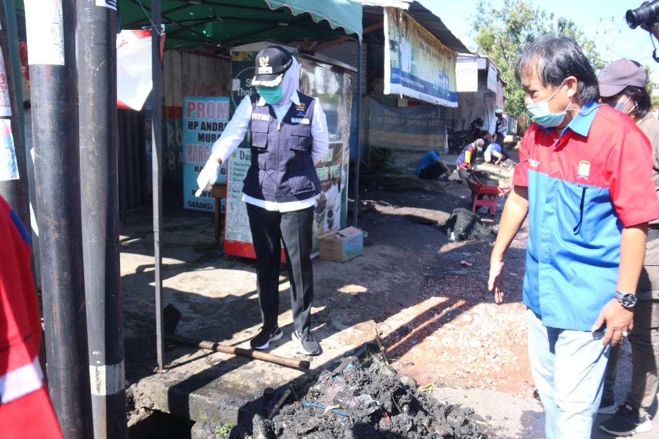 Wakil Walikota Palembang Fitrianti Agustinda mengkhawatirkan banyaknya tiang milik perusahaan yang berdiri di saluran air yang berdampak penyumbatan saluran air.