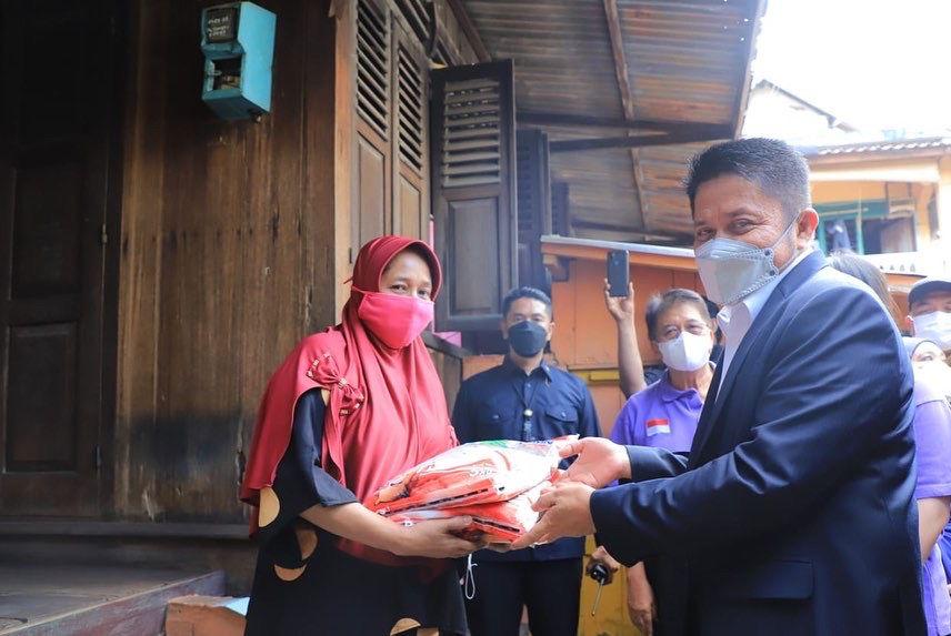Gubernur Herman Deru kembali menyerahkan bantuan beras sebanyak 46,6 ton beras untuk masyarakat di tiga kecamatan di kawasan Seberang Ulu Palembang.