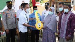 Sekda Kota Palembang Ratu Dewa menyerahkan secara simbolis Kunci Rumah kepada Ibu Onih, warga Kelurahan Sako, Rabu [22/9].