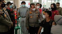 Hari pertama tugasnya, Kapolda Sumsel Irjen Pol Toni Harmanto meninjau langsung Vaksinasi Merdeka jemaah Masjid Agung di sekolah Kesuma Bangsa (Kumbang) Palembang, Senin (6/9).