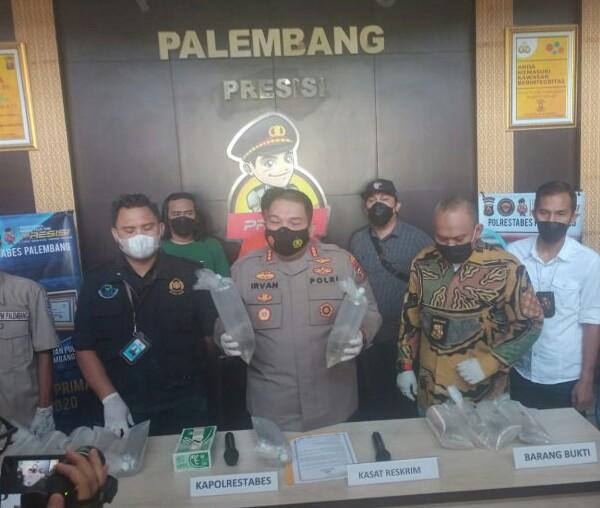 Kapolrestabes Palembang, Kombes Pol Irvan Prawira Satyaputra didampingi Kasat Reskrim, Kompol Tri Wahyudi, saat press release, Jumat (10/9/2021).