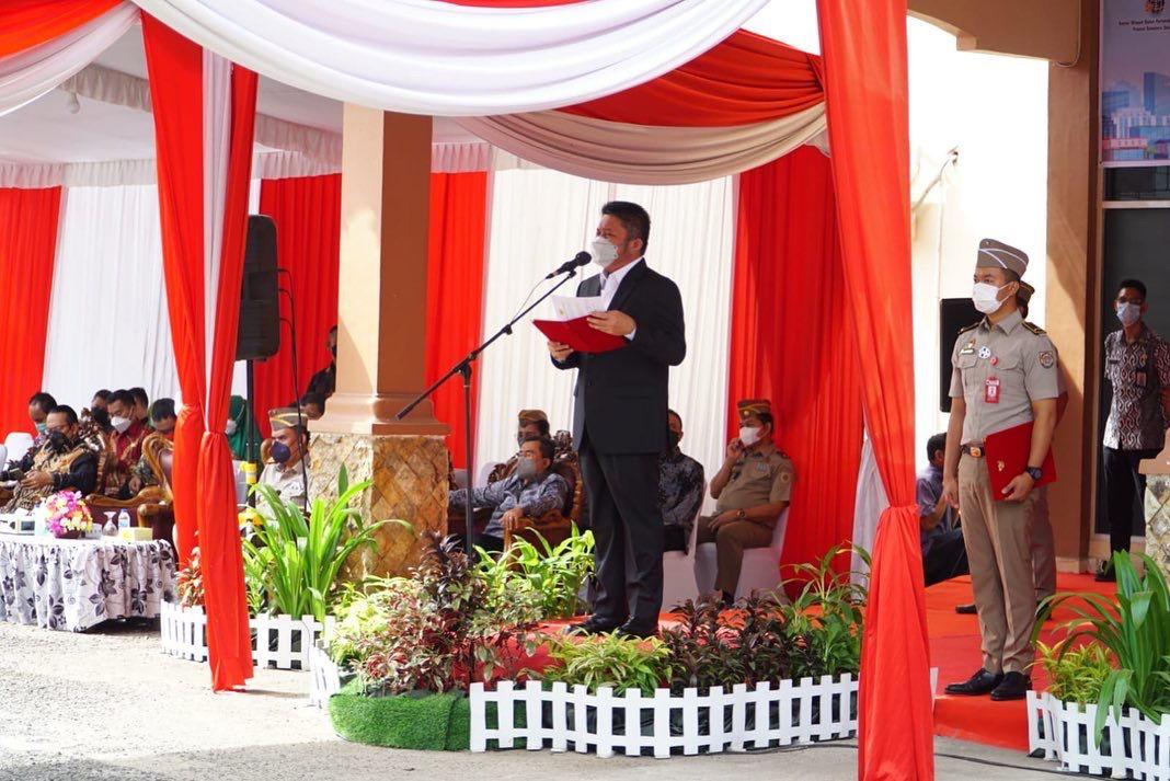 Gubernur Sumatera Selatan H Herman Deru bertindak sebagai inspektur upacara pada peringatan Hari Ulang Tahun Undang Undang Pokok Agraria [HUT UUPA] ke-61 yang dipusatkan di halaman Kantor Wilayah Badan Pertanahan Nasional (BPN) Provinsi Sumsel Jalan Pom IX Palembang, Jumat [24/9].