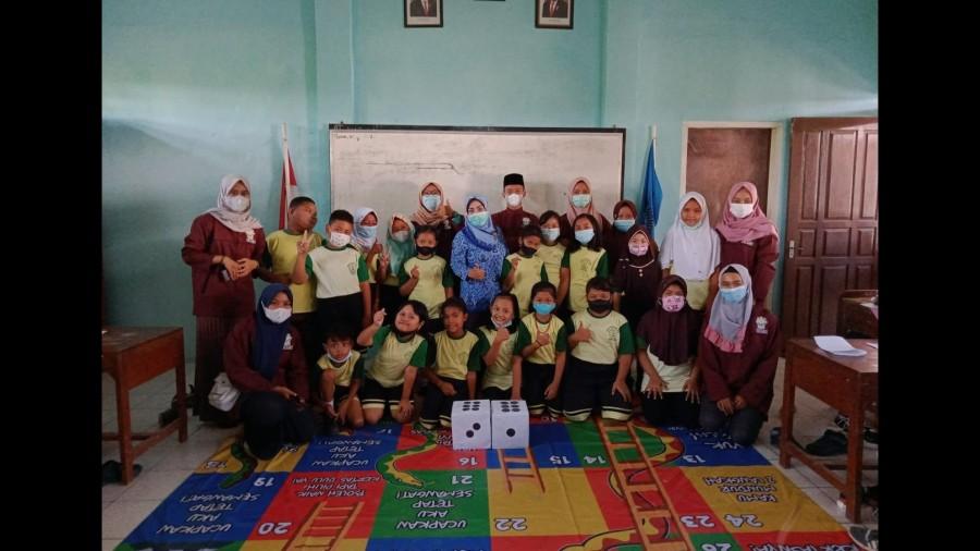 """Mahasiswa KKN IAIN Kudus menciptakan permainan edukasi """"Ular Tangga Moderasi Beragama"""""""