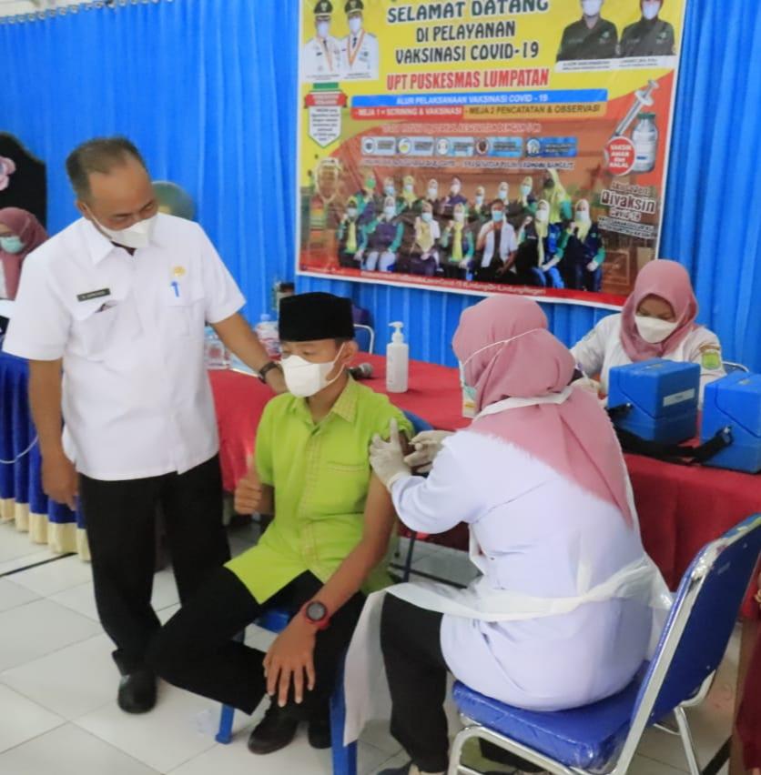 Sekretaris Daerah Kabupaten Muba Drs H Apriyadi MSi, Rabu (8/9/2021) meninjau langsung pelaksanaan suntik vaksin yang dikhususkan untuk pelajar jenjang SMA, SMK/MA sederajat atau usia 12 ke atas.