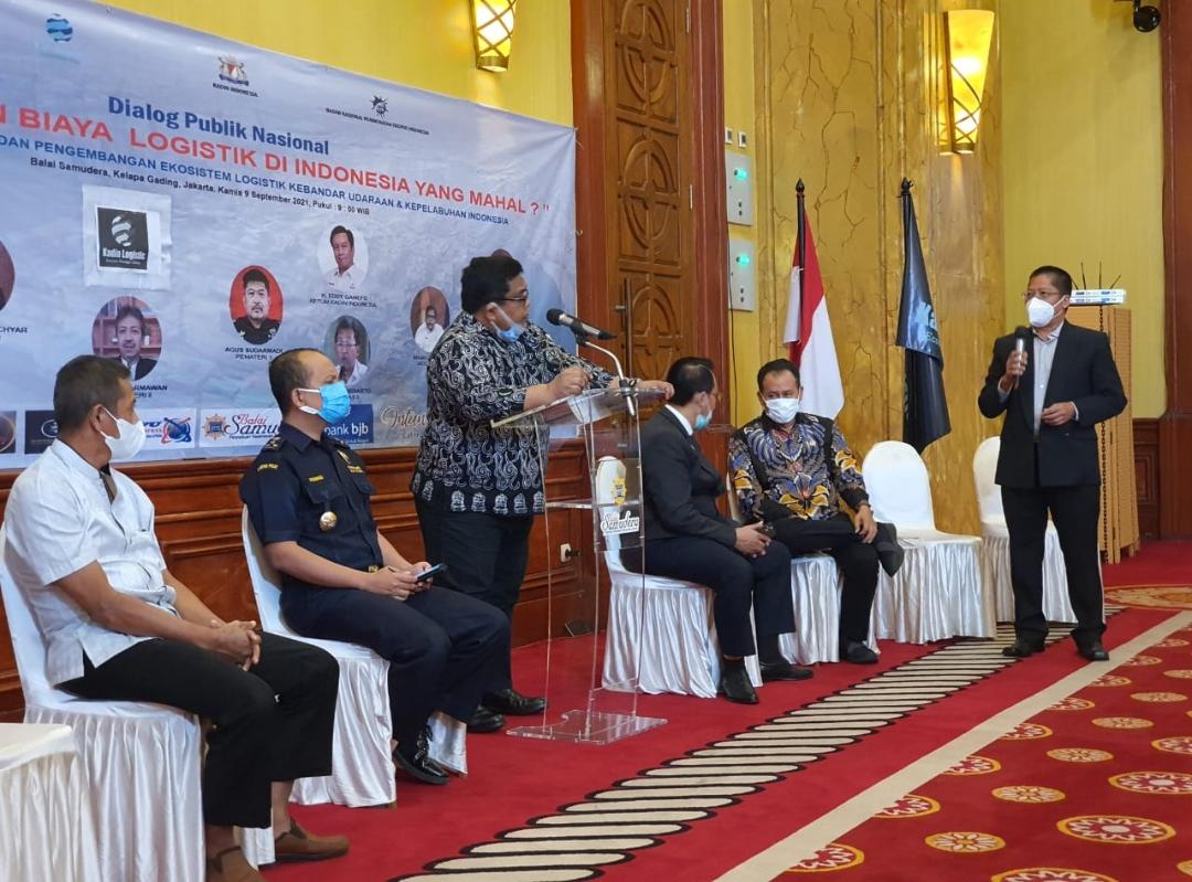Acara pelantikan Kadin Logistik juga diisi dengan Dialog Publik Nasional yang mengangkat tema 'Ada Apa Dengan Biaya Logistik di Indonesia Yang Mahal ?'