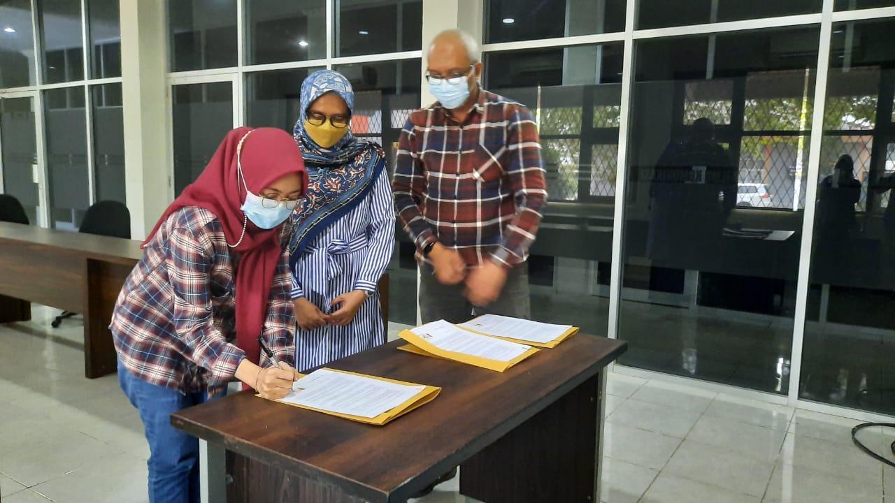Penandatanganan Memorandum of Understanding (MoU) bersama tiga mahasiswa yang menerima beasiswa Program Magister Ilmu Komunikasi Stisipol Candradimuka Palembang