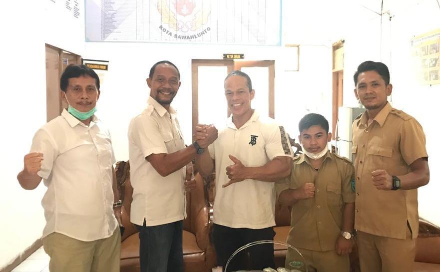 Atlet binaraga asal kota Sawahlunto, Yani Muswar atau Iwan Samurai bertekad raih medali emas di Pekan Olahraga Nasional (PON) XX di Papua.