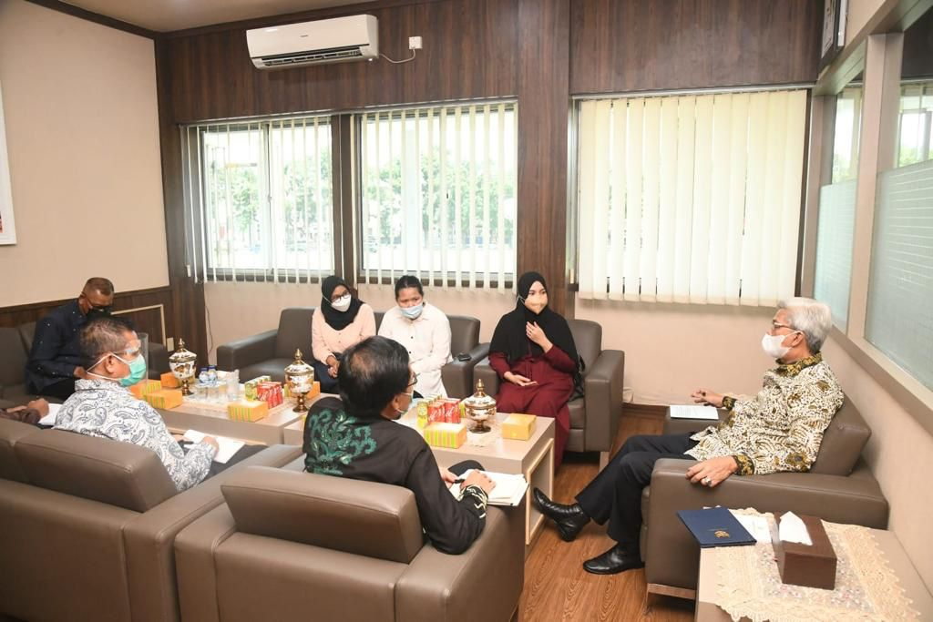 Wagub Sumsel H Mawardi Yahya menerima audiesi tim Leader Word Cleanup Day Indonesia, bertempat di ruang kerjanya, Jumat (17/9) siang.