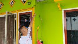 Hadriyanzah Amir menunjukan meteran listrik yang diputus di rumahnya.