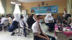 Upaya mendukung akselerasi atau percepatan program Vaksinasi pelajar, SMP Negeri 1 Palembang menggelar vaksinasi massal yang diikuti 900 siswa dan warga sekitar lingkungan sekolah, Senin [20/9].