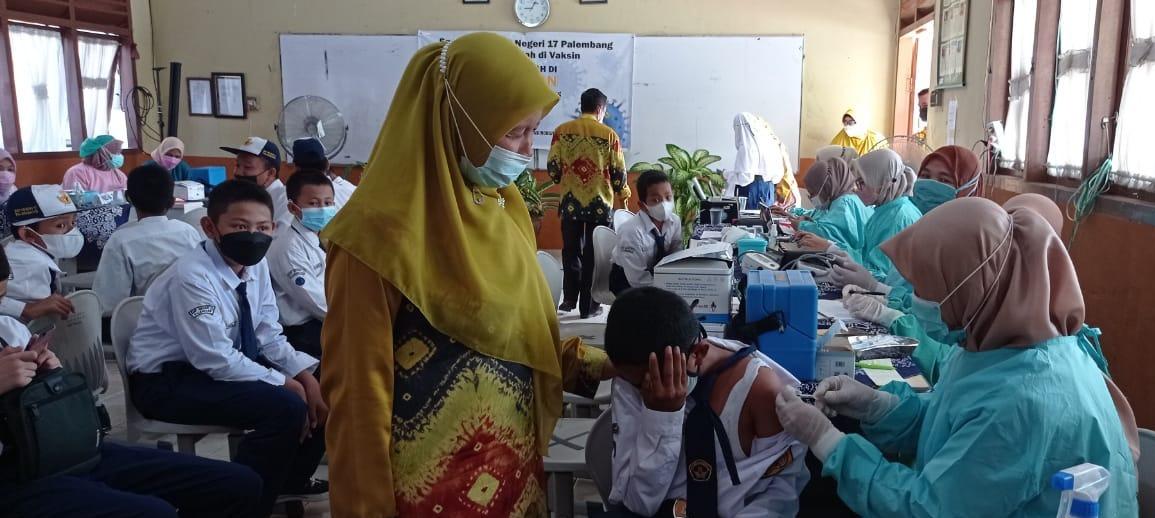 SMP Negeri 17 Palembang yang berlokasi di jalan Padang Selasa menggelar vaksinasi bagi siswa siswinya, Kamis [23/9].
