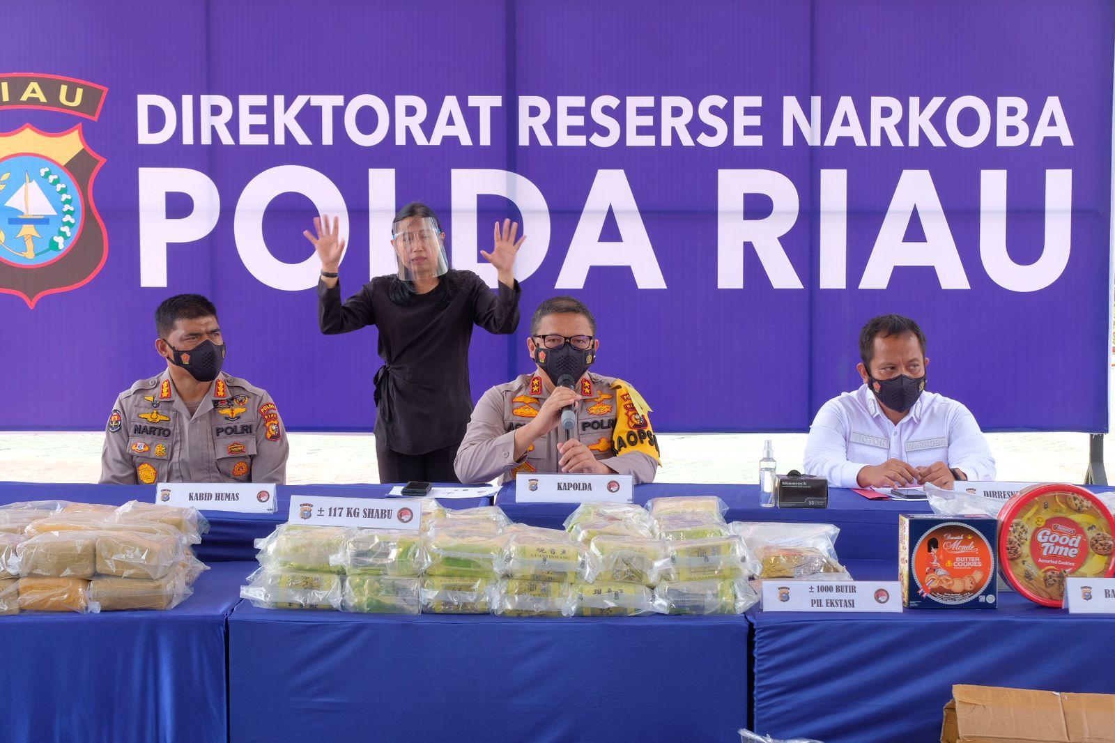 Polda Riau dan jajaran serta instansi terkait berhasil menggagalkan peredaran narkotika sebanyak 117 kilogram sabu dan 1.000 pil ekstasi dari 7 jaringan Malaysia