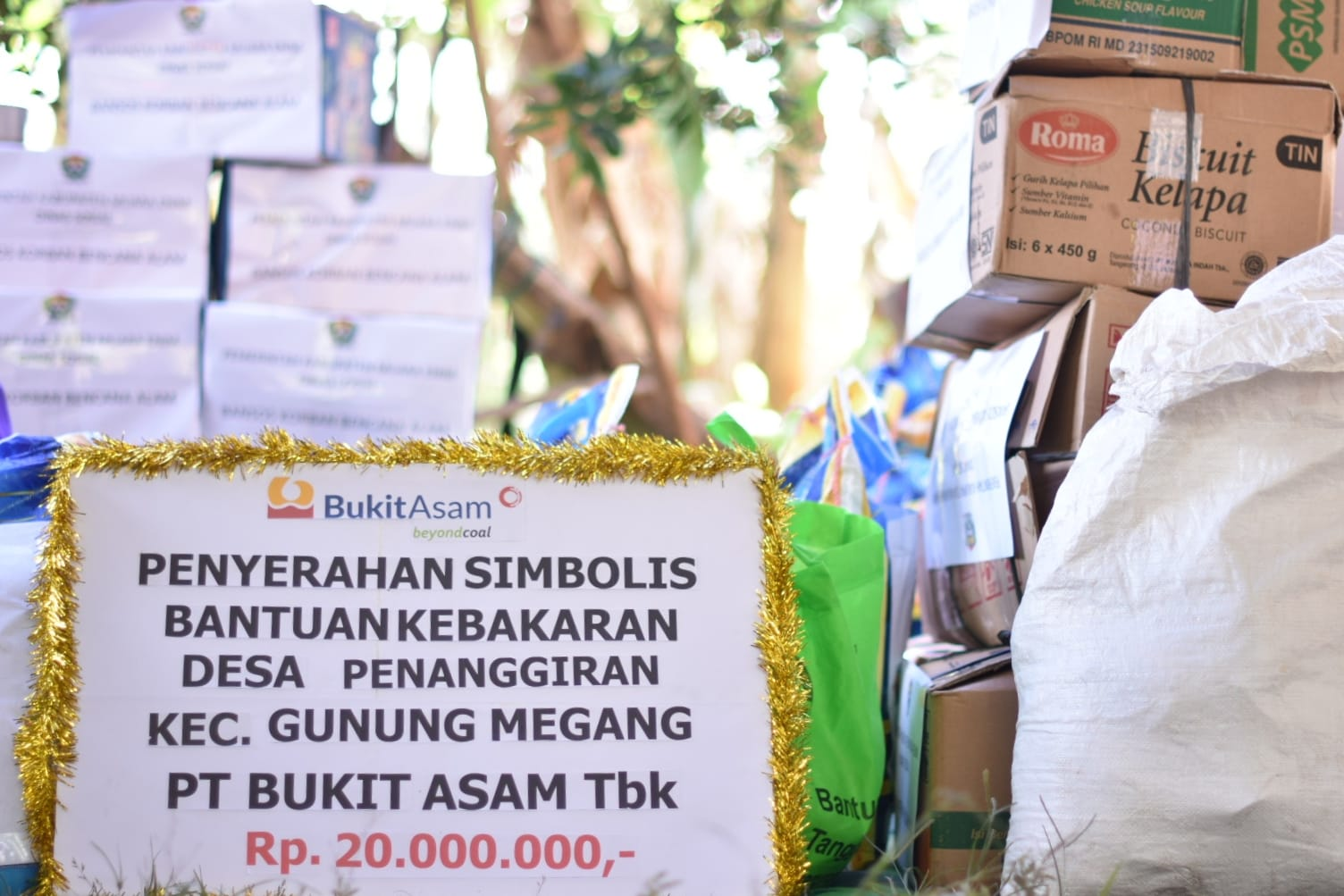PT Bukit Asam Tbk menyalurkan santunan bagi korban kebakaran di desa Penanggiran, Kabupaten Muara Enim sebesar Rp20 juta