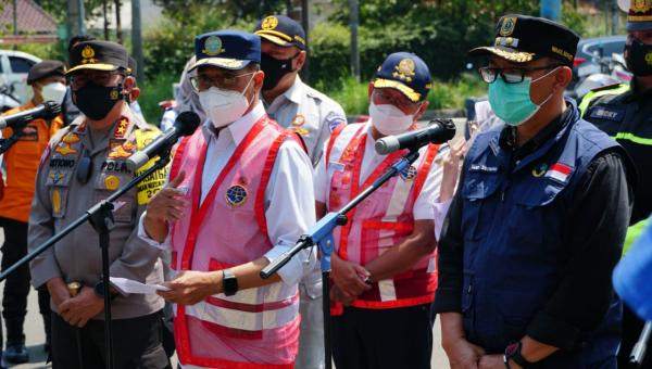 Menteri Perhubungan Budi Karya Sumadi saat meninjau penerapan kebijakan ganjil-genap bersama dengan Kakorlantas Polri Irjen Pol Istiono di Simpang Gadog, Puncak, Jawa Barat, Sabtu (18/9)