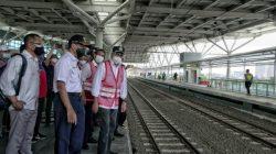 Menhub Budi Karya Sumadi saat meninjau jalur layang (elevated track) di Stasiun Manggarai Jakarta, Minggu (26/9)