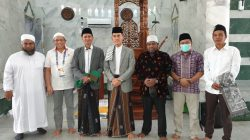 Deputi Pengembangan Pemuda Kemenpora RI Asrorun Niam Sholeh usai khutbah Jumat di Masjid Raya Baiturrahim Jayapura Papua, Jumat (8/10)
