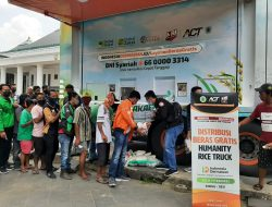 HRT ACT Sapa Warga Palembang, Bagikan Beras Gratis