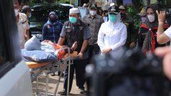 Walikota Palembang, Fitrianti Agustinda membawa Andre Saputra, korban tersengat listrik ke Rumah Sakit Bari Palembang guna mendapatkan perawatan terhadap luka bakar yang dideritanya