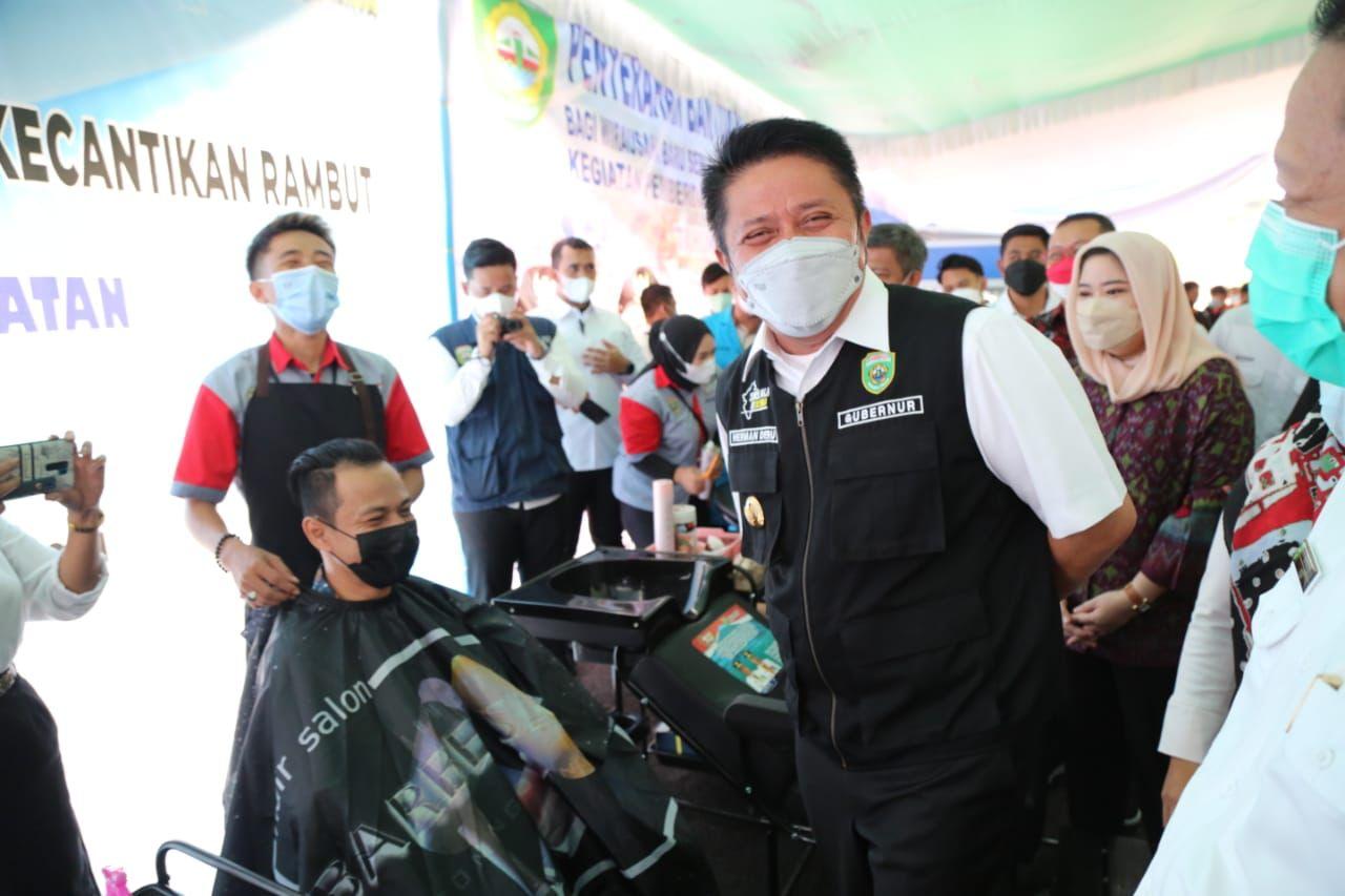 Gubernur Sumatera Selatan H Herman Deru secara resmi menutup pelatihan Kewirausahaan yang dipusatkan di Kantor UPTD Balai Latihan Kerja Pengembangan Produktivitas dan Keterampilan Transmigrasi [BLKPPKT] Prov Sumsel, Rabu [13/10].