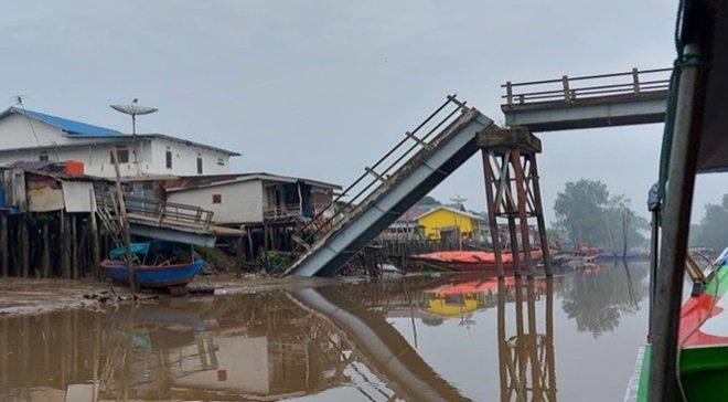 Jembatan Makarti Jaya Ambruk