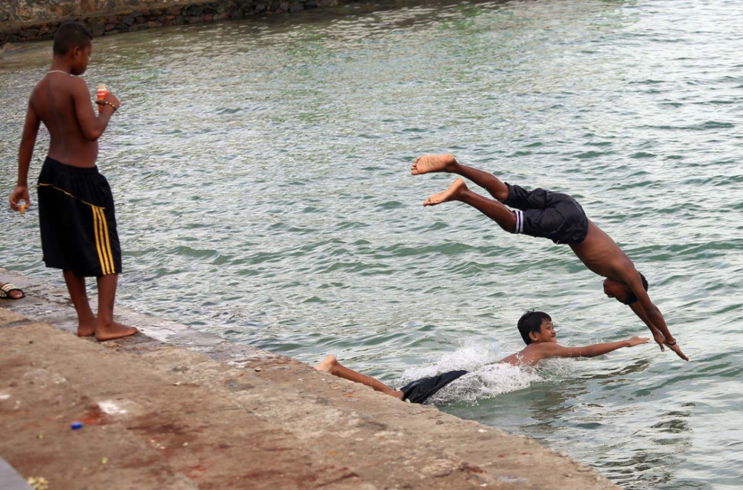 Anak-anak Papua saat berenang di venue rowing PON XX Papua