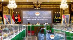 Menteri Pertahanan (Menhan) Prabowo Subianto memberikan pembekalan kepada Calon Duta Besar Luar Biasa Berkuasa Penuh RI di Ruang Bhinneka Tunggal Ika, Kemhan, Jakarta