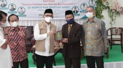 Wakil Ketua Komisi VIII DPR RI TB. Ace Hasan Syadzili (ketiga dari kanan) menerima plakat cinderamata dari Kepala MAN Bandung Barat