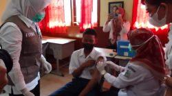 Wakil Walikota Palembang Fitrianti Agustinda [Finda] meninjau vaksinasi bagi 731 siswa SMP Negeri 13 Palembang, Senin [12/10].